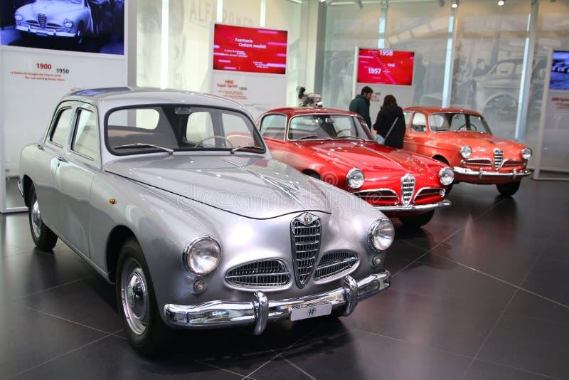 Modelos de Alfa Romeo 1900, de Giulietta Sprint e do sedan na exposição no museu histórico Alfa Romeo foto de stock