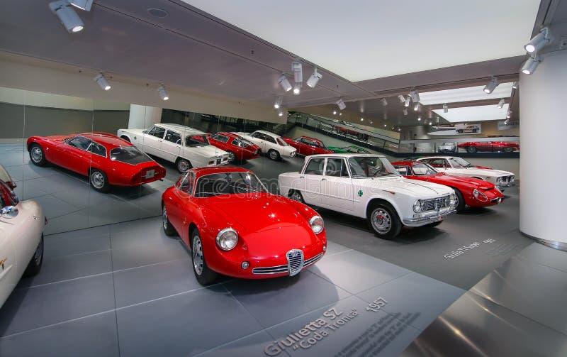 Modelos de Alfa Romeo TZ1 e de Giulia na exposição no museu histórico Alfa Romeo fotos de stock royalty free