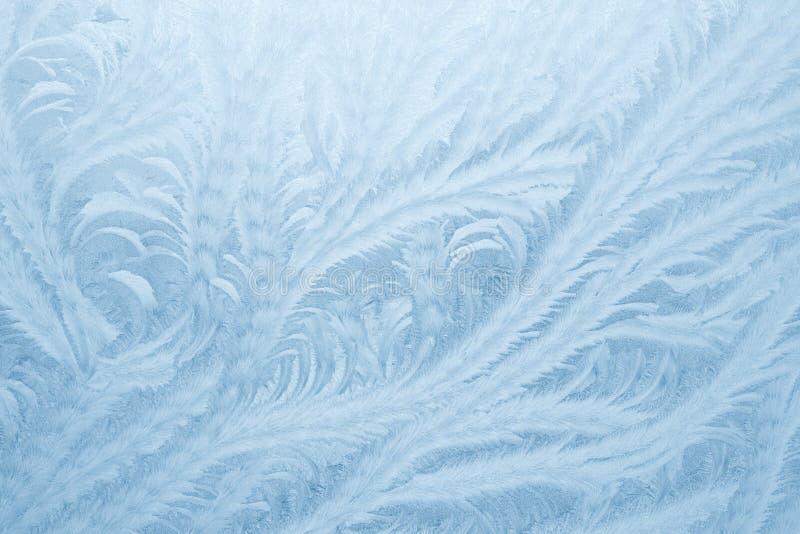Modelos de Frost en el vidrio de la ventana en la estación del invierno Textura del vidrio helado Fondo para una tarjeta de la in foto de archivo