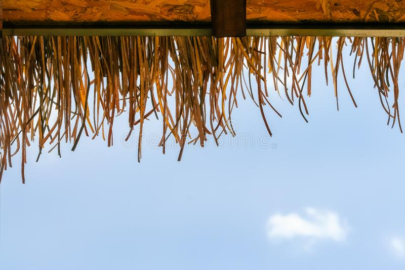 Modelos de la naturaleza del tejado hechos del heno y del cielo azul con el fondo de la nube foto de archivo