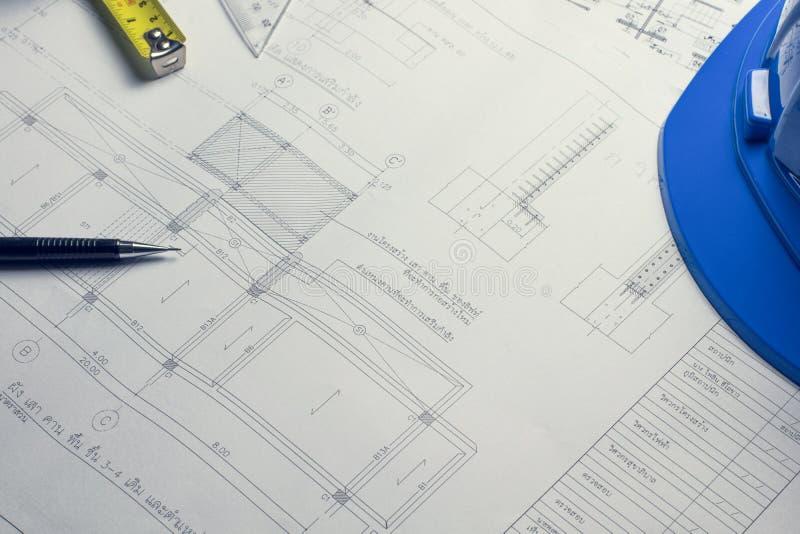 Modelos e rolos do modelo e instrumentos de desenho arquitetónicos no worktable fotografia de stock royalty free