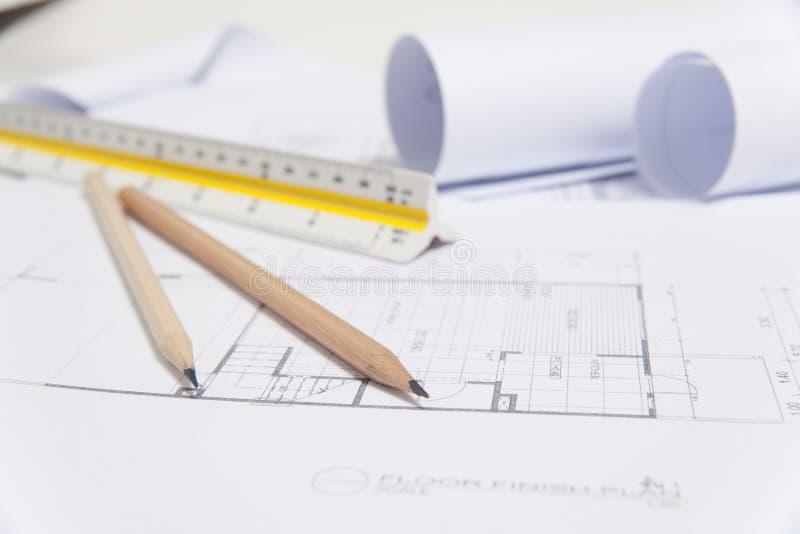 Modelos e rolos do modelo e instrumentos de desenho arquitetónicos foto de stock royalty free
