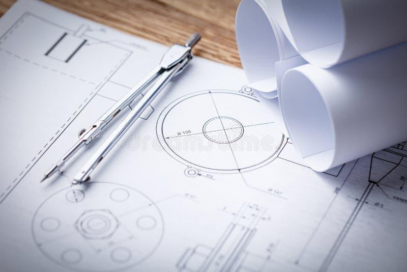 Modelos e rolos do modelo e instrumentos de desenho arquitetónicos no worktable imagem de stock royalty free