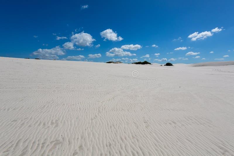 Modelos en la arena blanca de la Atlántida fotos de archivo