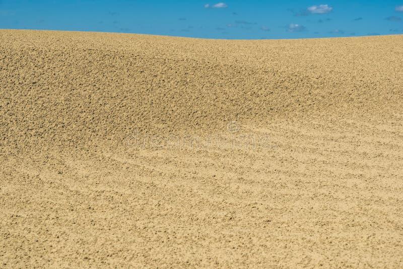 Modelos en la arena debajo del cielo azul en gran Sandhills de Saskatchewan, Canadá imagen de archivo
