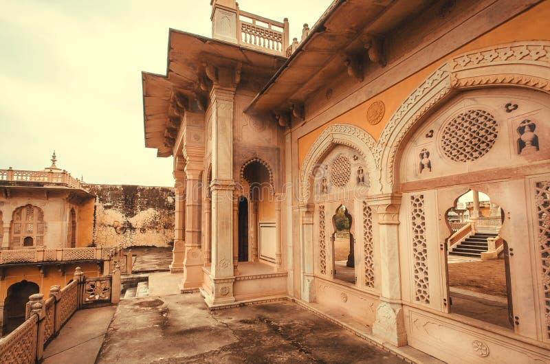 Modelos en la entrada de los cenotafios de Gaitore, monumentos reales de la cremación, Jaipur, la India fotos de archivo