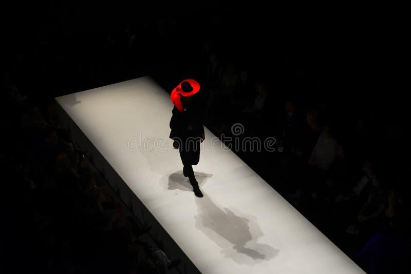 Modelos en la prolongación del andén durante el desfile de moda foto de archivo