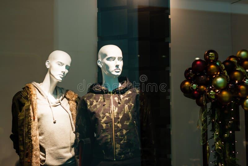 Modelos en la ventana de demostración foto de archivo libre de regalías