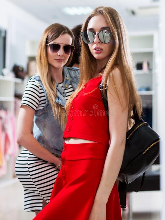 Modelos fêmeas atrativos que anunciam a coleção nova dos óculos de sol do verão na loja da forma imagem de stock royalty free