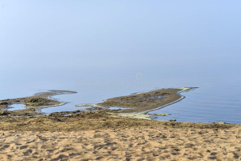Modelos, formones en dunas de arena, surcos e isla fotos de archivo libres de regalías