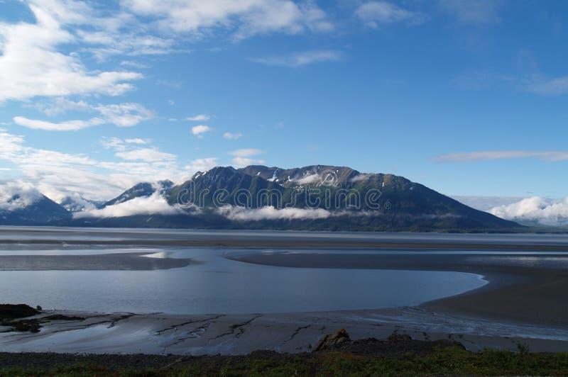Modelos; marea inferior y contexto de las montañas. foto de archivo