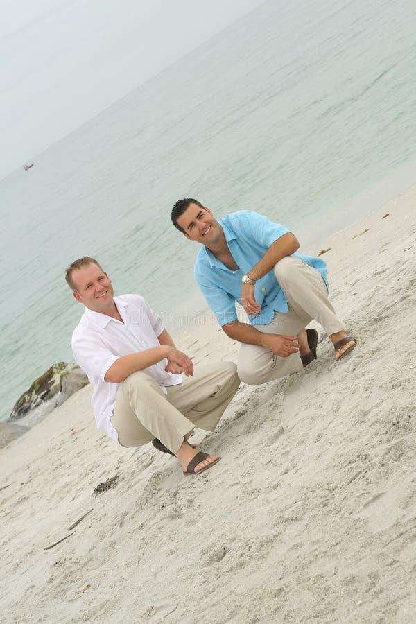 Modelos masculinos en la playa imagen de archivo