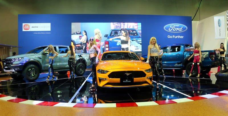 Modelos planteados con el rapaz de Ford Mustang Bullitt y del guardabosques, exhibido durante Kuala fotografía de archivo