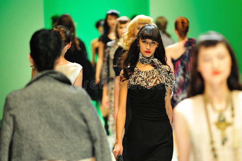 Modelos que apresentam projetos de Alldressedup em Audi Fashion Festival 2011 fotografia de stock royalty free