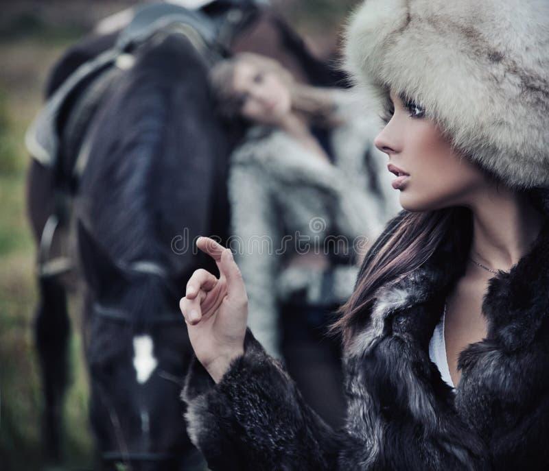 Modelos que levantam com um cavalo imagem de stock royalty free
