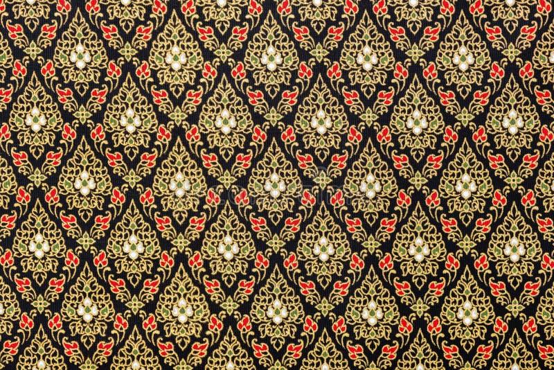 Modelos tailandeses en negro y oro en la tela de seda foto de archivo libre de regalías
