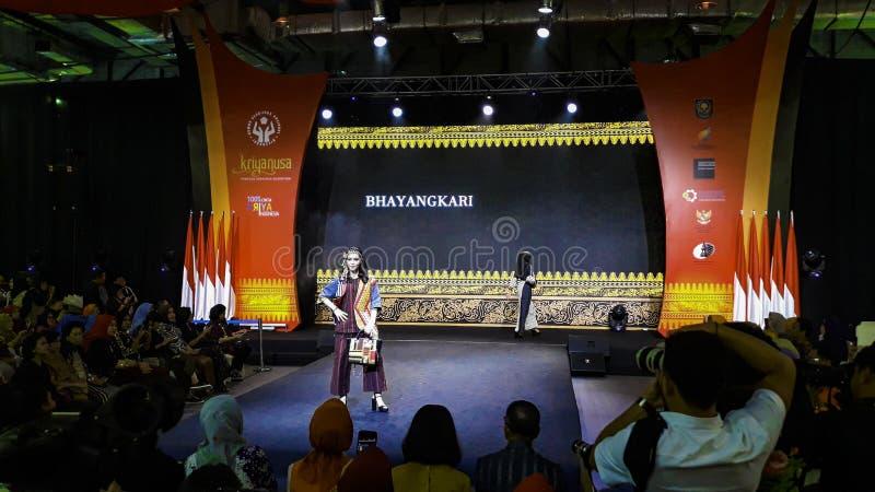 Models laufen während Kriya Nusa Fashion Jakarta auf der Piste Modenschau Mode-Show, Catwalk-Event, Runway Show lizenzfreie stockfotografie