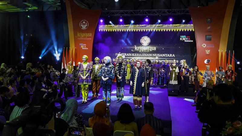 Models laufen während Kriya Nusa Fashion Jakarta auf der Piste Modenschau Mode-Show, Catwalk-Event, Runway Show stockbilder