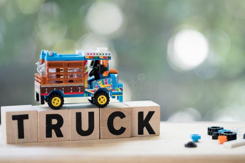 Modelstuk speelgoed traditionele Thaise de landbouwvrachtwagens die landbouw vervoeren aan de fabriek royalty-vrije stock foto