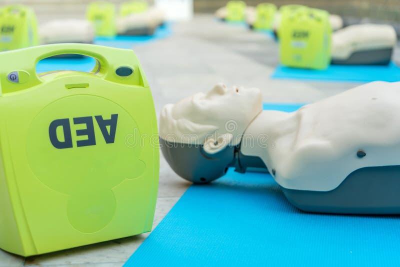 modeluje dla cpr, AED szkolenie i x28; automatyzujący zewnętrznie defibrillator obrazy stock