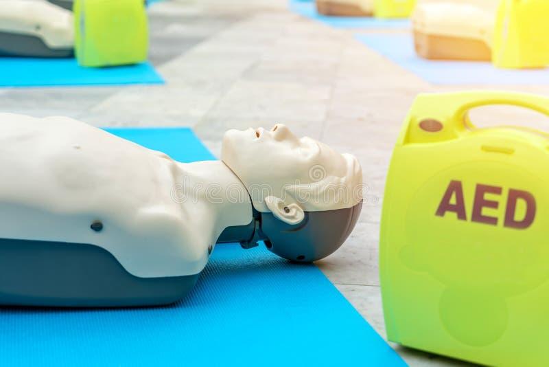 Modeluje dla cpr i AED szkolenie automatyzującego zewnętrznie defibrillator obrazy stock