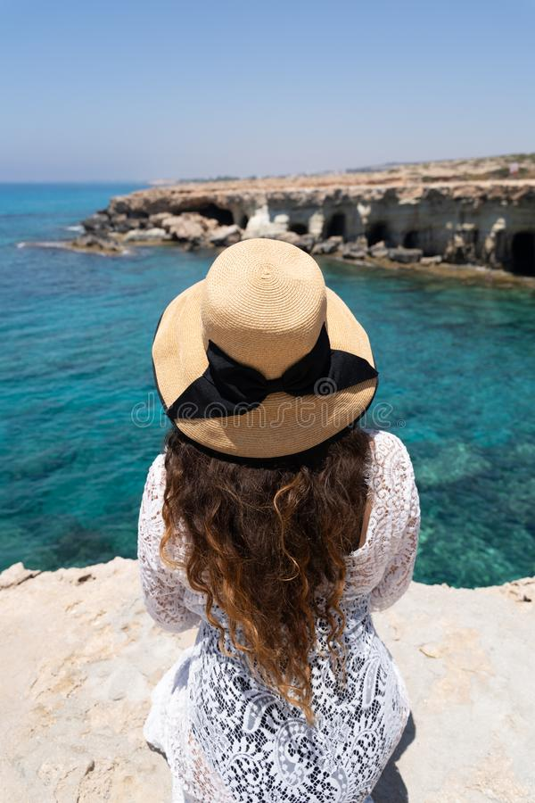 Modeluje z szerokiego ronda lata słomianym kapeluszem na krawędzi przylądka Greco Cavo Greco, Capo Greco Pojęcie ekskluzywnego wa zdjęcie royalty free