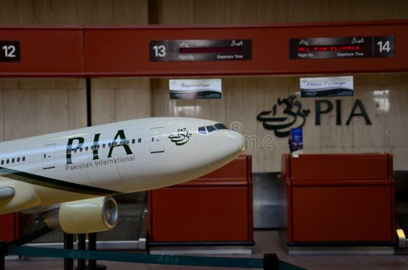 Modelvliegtuig in de Internationale luchtvaartmaatschappijpia livrei van Pakistan bij Jinnah-luchthaven de Van karachi stock afbeeldingen