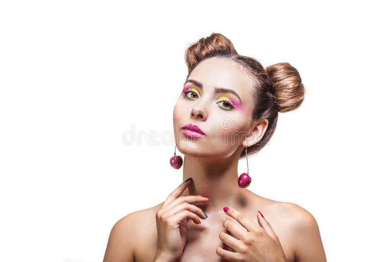 Modelvrouw met heldere make-up en kersenoorringen royalty-vrije stock fotografie