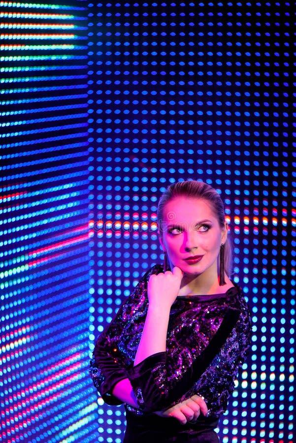 Modelvrouw in neonlicht Kunstontwerp van vrouwelijke discodansers die in UV stellen Geïsoleerd op neonachtergrond stock fotografie