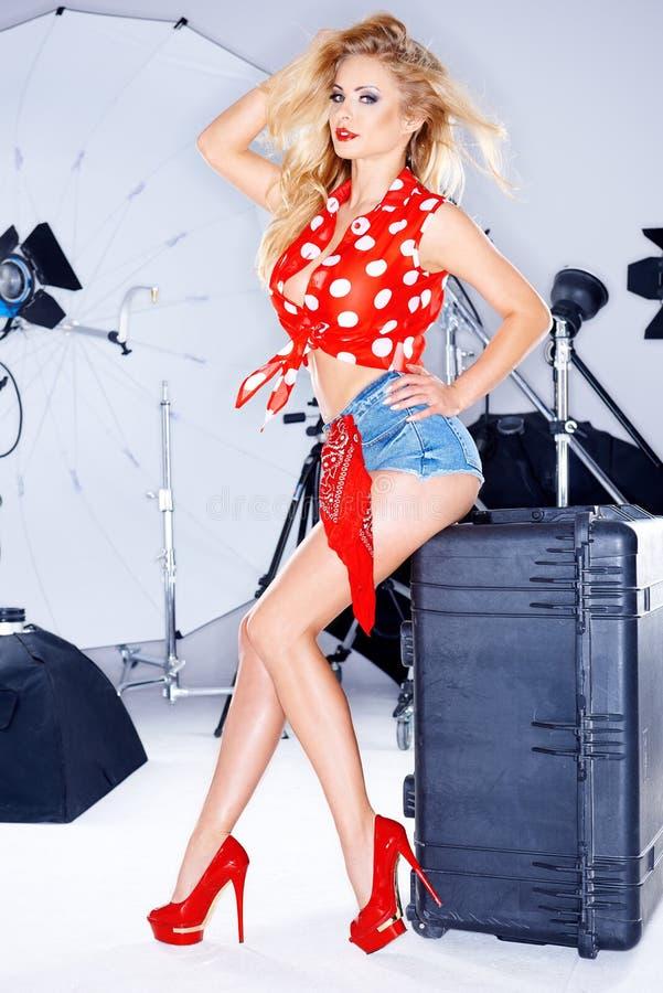 Modelwearing short Jean Shorts in Fotostudio royalty-vrije stock foto