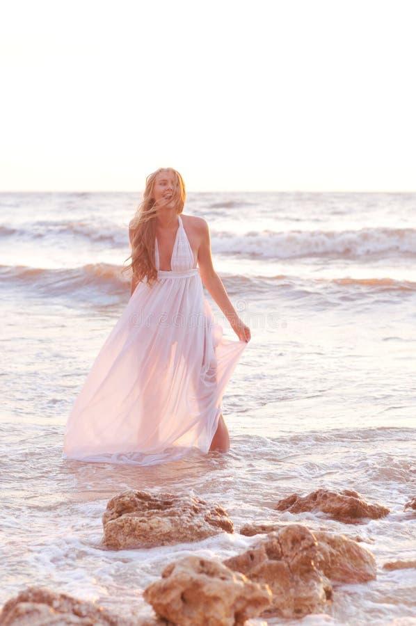 Modemädchen in einem weißen Kleid lizenzfreies stockfoto
