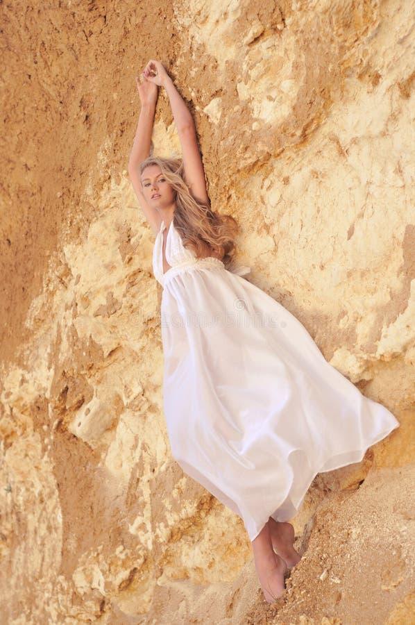 Modemädchen in einem weißen Kleid lizenzfreie stockfotografie