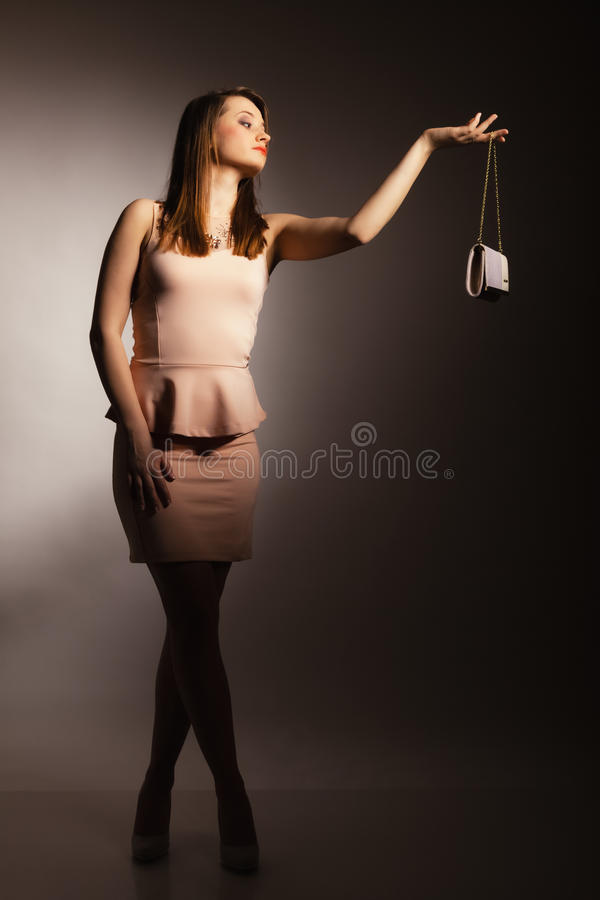 Modemädchen mit eleganter Handtaschentasche lizenzfreie stockfotos