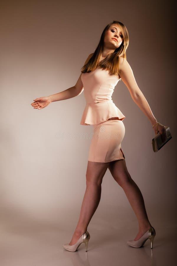 Modemädchen mit eleganter Handtaschentasche stockbilder