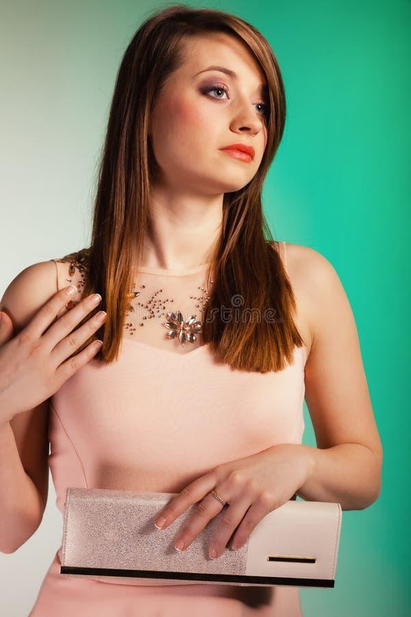 Modemädchen mit eleganter Handtaschentasche stockfoto