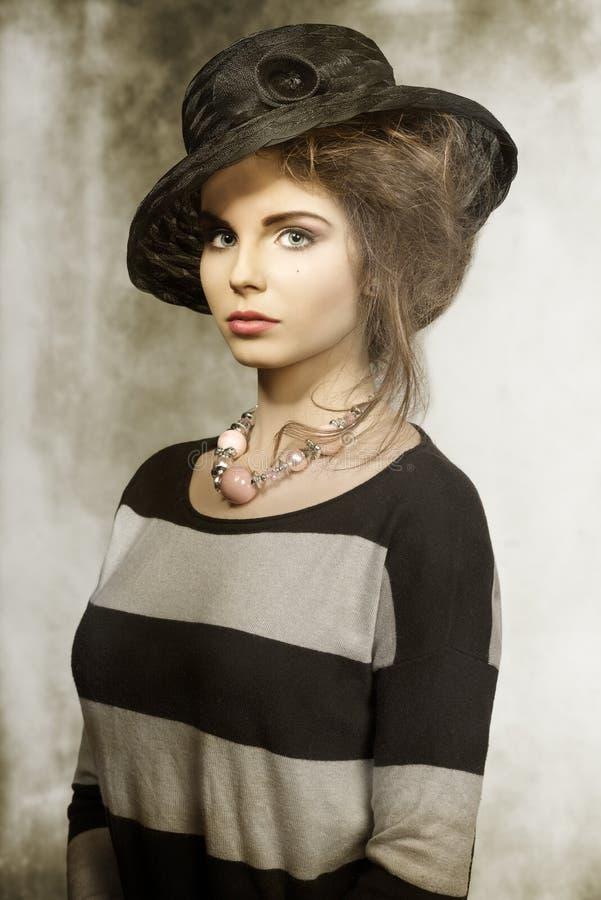 Modemädchen mit reizendem Hut lizenzfreie stockfotografie