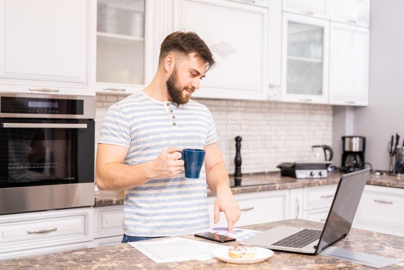 Modem-Mann-Funktion am Frühstück lizenzfreie stockfotos