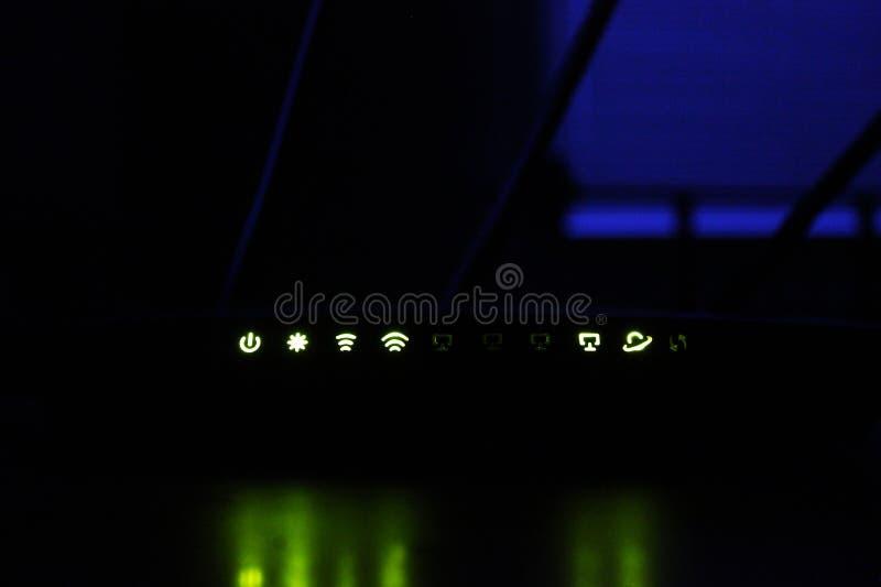 Modem voor Internet Het branden lichten op de router stock foto's