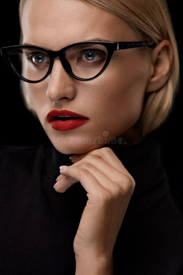 Modemakeupmodell With Red Lips och svart glasögonram royaltyfria foton