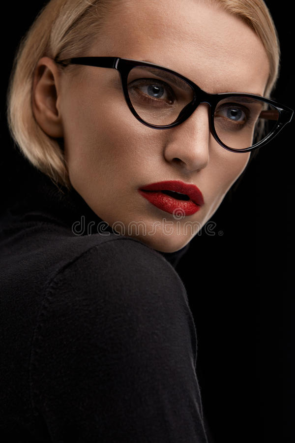 Modemakeupmodell With Red Lips och svart glasögonram royaltyfri fotografi