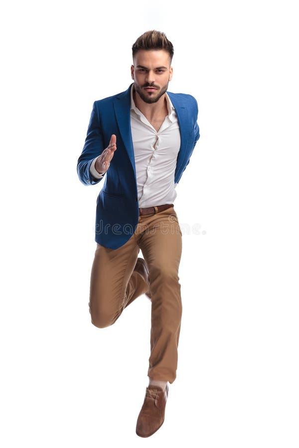 Modeman, i att sprinta för dräkt som är snabbt royaltyfri fotografi