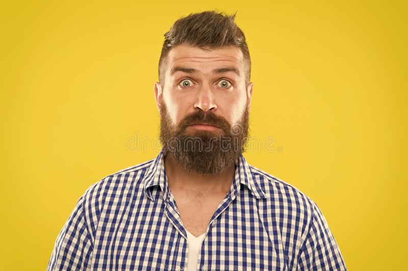 Modeman med sk?gget sk?ggig man Brutal caucasian hipster med mustaschen f?rv?nad man p? gul bakgrund moget royaltyfria bilder