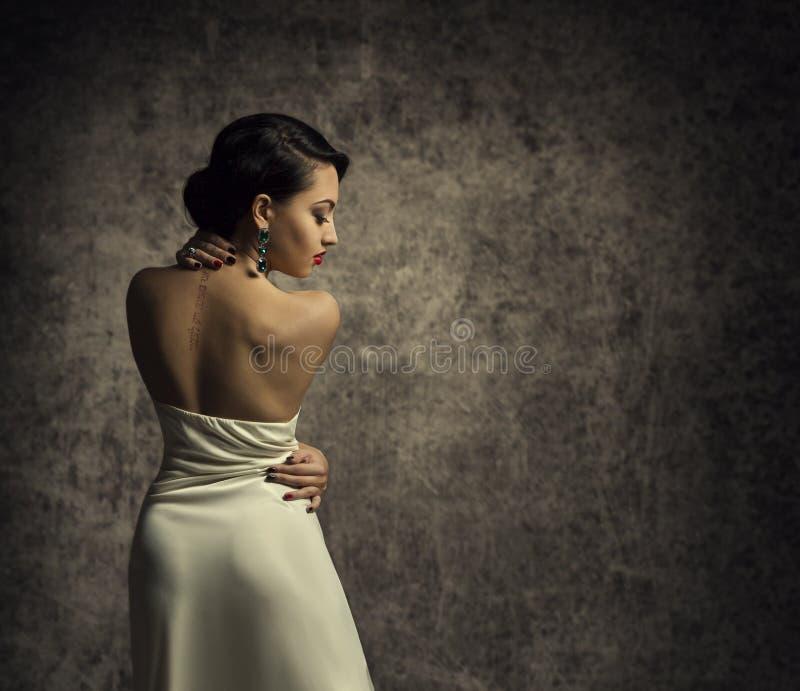 Modemodell Back, elegant kvinna i sexig klänning, sinnlig dam arkivbilder
