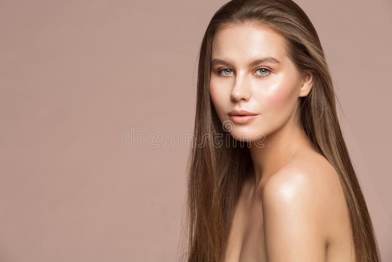 Modemodell Beauty Makeup, smink för hud för härligt hår för kvinna långt vått, flickastudiostående royaltyfria bilder