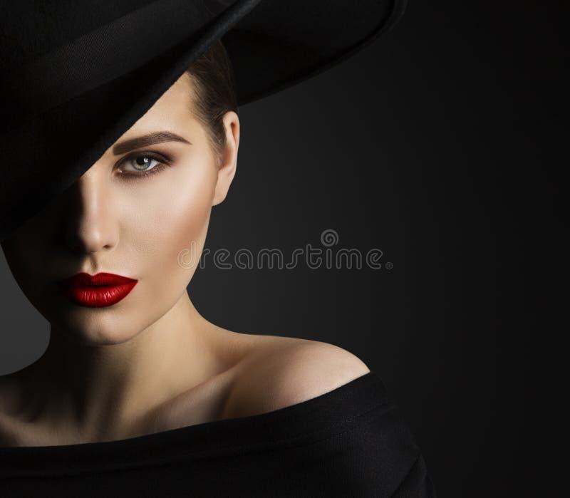 Modemodell Beauty Portrait, kvinnaskönhet, elegant svart hatt arkivbild