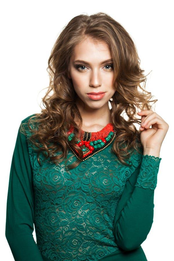 Modemodell för ung kvinna i gröna Lacy Dress Isolated på vit arkivfoton
