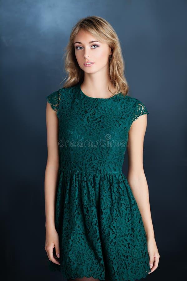 Modemodell för ung kvinna som bär den gröna klänningen arkivfoton