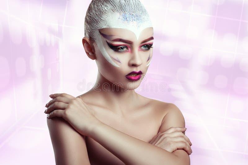 Modemodell Girl Portrait med ljus makeup idérik frisyr royaltyfria bilder