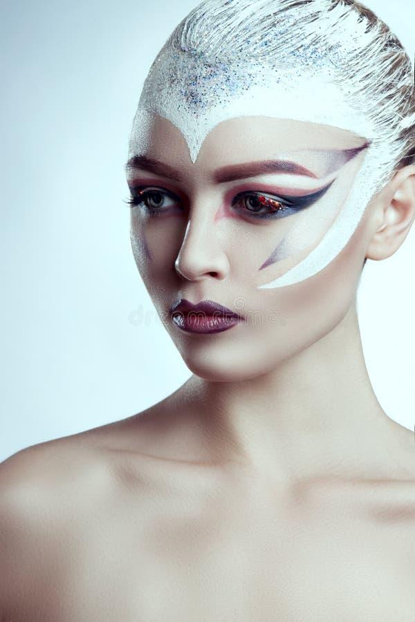 Modemodell Girl Portrait med ljus makeup idérik frisyr royaltyfria foton