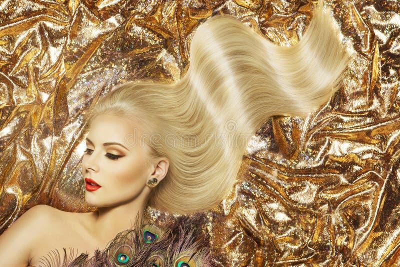 Modemodell Hairstyle och skönhetmakeup, vinkande hår för kvinna royaltyfri bild
